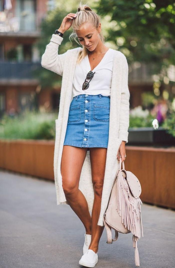 dänische mode für den alltag ideen zum entlehnen, kurzer jeansrock mit weißer bluse, weste, sneakers und rucksack