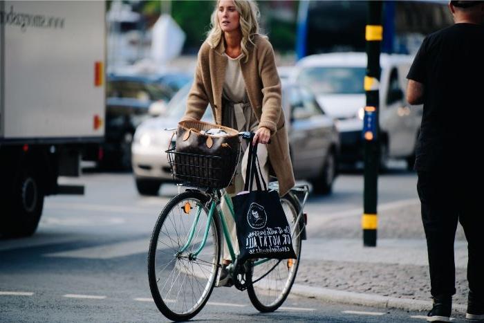 dänische mode große größen großer mantel für den winter, eine idee für frauen, fahrrad mit stil fahren