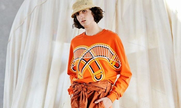 dänische mode große größen für den lässigen style, orangenfarbenes outfit mit kreativen mustern und hut