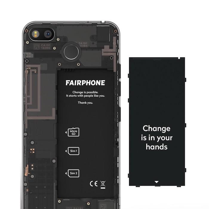 das smartphone fairphone 3 mit vielen kleinen austauschbaren modulen und mit zwei kameras, eine schwarze batterie