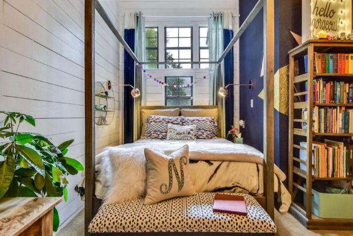 schlafzimmer einrichten, kreative deko elemente, schönes bettdesign, bücherregale, doppelbett mit kissen mit dem buchstaben N