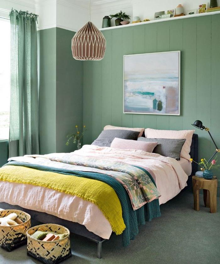 schlafzimmer einrichten, ein großes doppelbett mit bunten farben, grüne wand, wandgestaltung, gelbe decke
