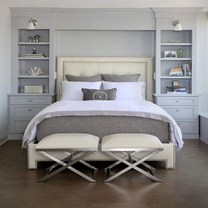 schlafzimmer einrichten, ein graues zimmer, weiße bettwäsche, skandinavisch minimalistisch zimmer gestalten, zwei hocker vor dem bett