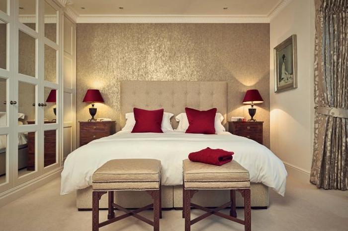 schlafzimmer einrichten, ein zimmer in beige, weiße bettwäsche, rote kissen elegantes design mit coolen akzenten