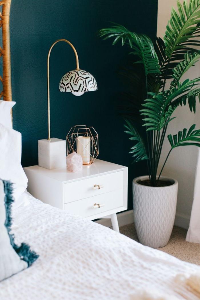 schlafzimmer einrichten, details und dekorationen im zimmer, eine stehlampe, kerzen, kleiner nachttisch, zimmerpflanze