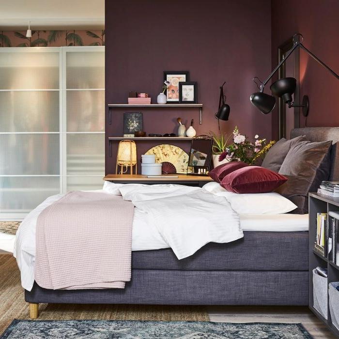 schlafzimmermöbel, kreatives design zu hause, schlafen mit stil, ein hohes bett, lila wände