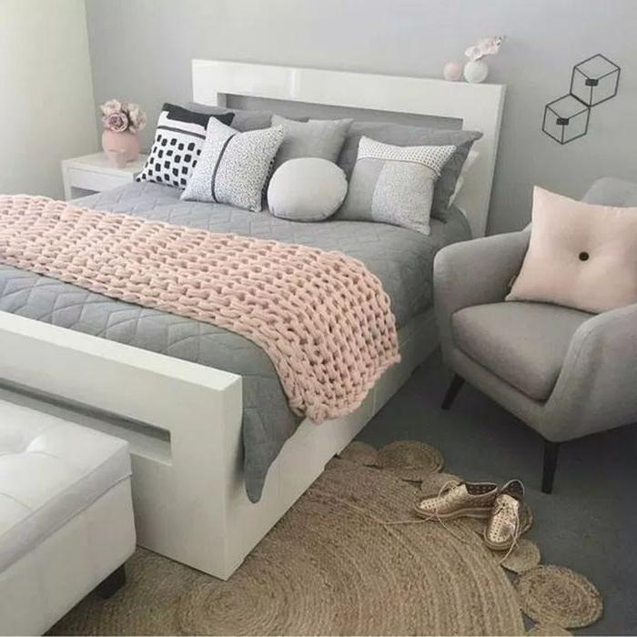 schlafzimmermöbel, grau und hellrosa, zimmer mit vielen kissen, robuste deko, goldene schuhe