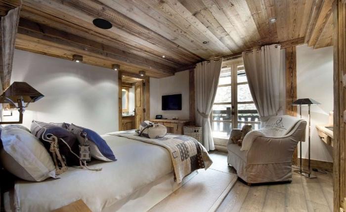 schlafzimmermöbel, beiges zimmer, möbel design idee, großer sessel mit vorhängen, holzzimmer