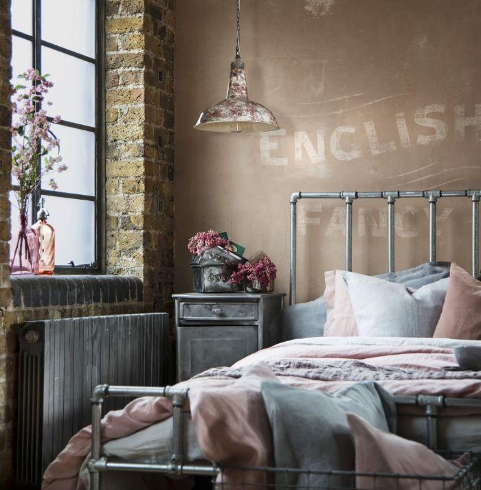 schlafzimmer gestalten, wandgestaltung, wanddeko ideen mit aufschrift, beige wand, doppelbett, graues design