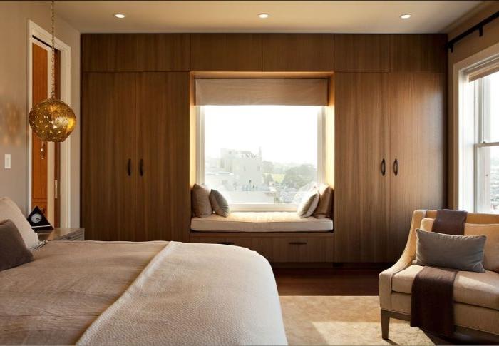 schlafzimmer gestalten, ein minimalistisches design in beige und weiß, zimmer ideen, großes bett, sessel, fenster mit ausblick und sitzecke