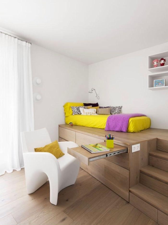 schlafzimmer gestalten, ein kreatives design für kinderzimmer, jugendzimmer oder für kleine räume, gelbes bett direkt auf der oberfläche, weißer stuhl , schreibtisch eingebaut in dem bett