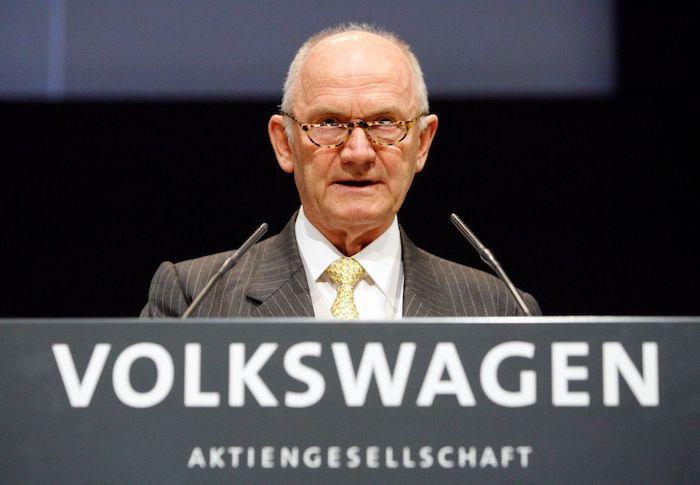 ein alter mann mit brille und einem grauen anzug und gelber krawatte, der Aufsichtsratsvorsitzender von volkswagen ag