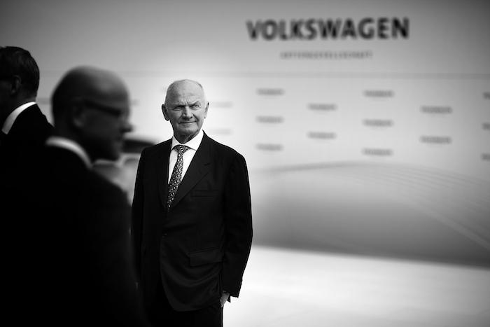 der Aufsichtsratsvorsitzender von volkswagen ag ferdinand piech, ein alter mann mit schwarzem anzug