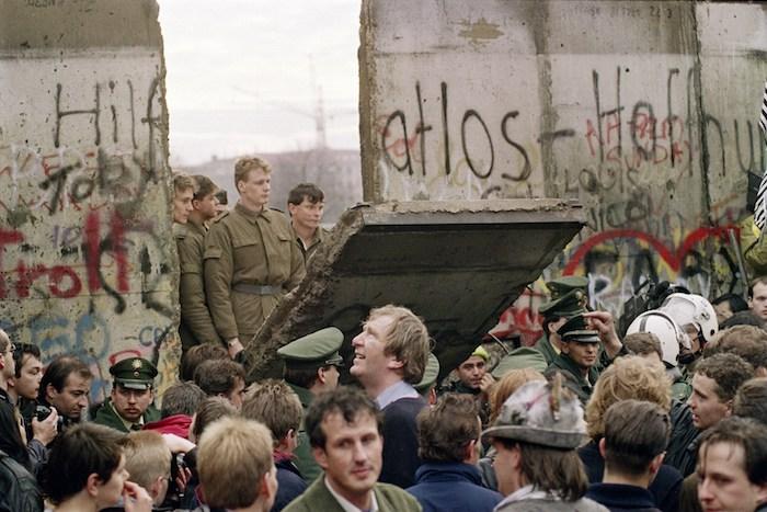 soldate mit grünen militäruniformen in berlin, die berliner mauer und viele menschen, der mauerfall