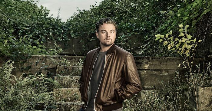 ein garten mit vielen grünen pflanzen und einer treppe, der schauspieler leonardo dicaprio mit einer braunen Jacke aus ledder, mann mit bart