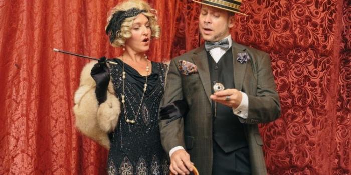 20er jahre mode frauen hose, mann und frau ziehen sich um, um die mode der 20er zu nachmachen