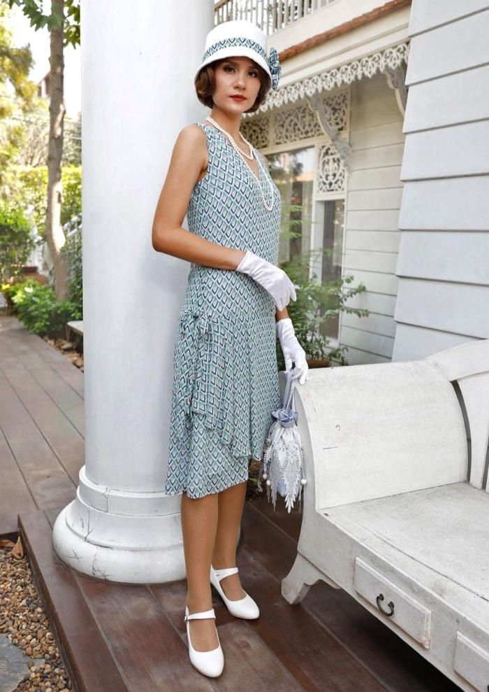 20er jahre mode frauen hose, eine brau in weiß und blau kleid mit weißen accessoires