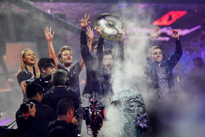 die Gewinner feiern ihr Sieg in Dota 2 Wettbewerb The International, mit Rauch