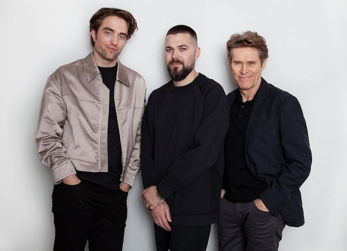 ein mann mit bart, der regisseur eggers und die schauspieler robert pattinson und willem dafoe, der film the lighthouse