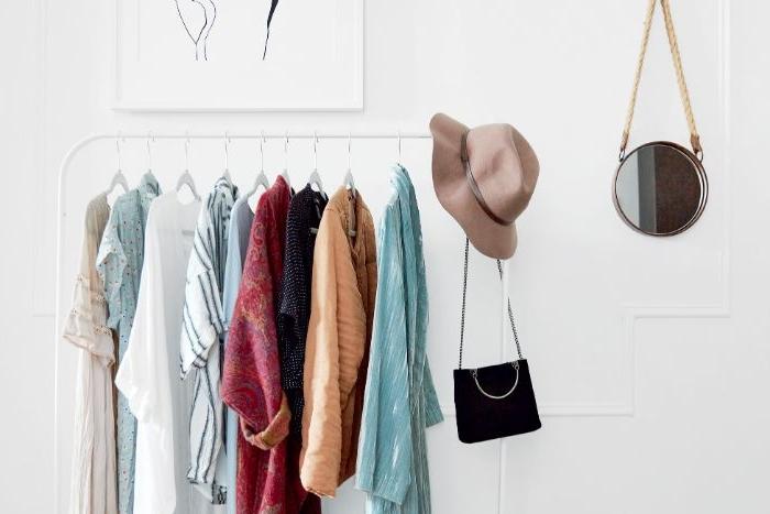 fair trade kleidung, garderobe zum nachstylen, ideen, ein rundes spiegel, hut, tasche schwarz, kleidung in pastellfarben