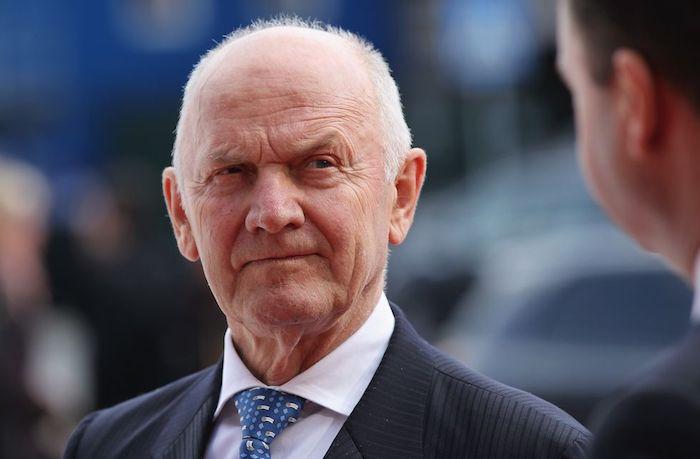 alter mann mit anzug und einer blauen krawatte und einem weißen hemd, der Aufsichtsratsvorsitzender von volkswagen ag ferdinand piech