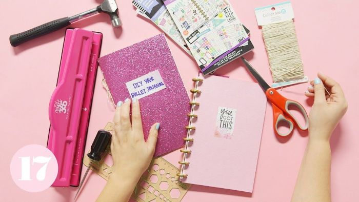 bullet journal key deutsch, rosarote deko ideen, hefte lila, rosa, schere, hammer, pinke gestaltung