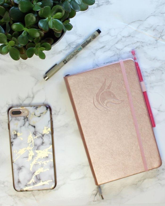 bullet journal key deutsch, rosa bronze heft idee mit einem hund auf der titelseite, handyhülle marmor print