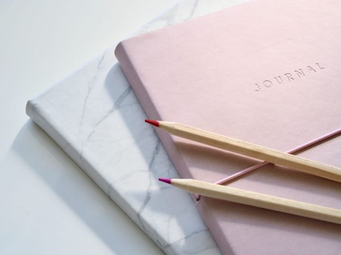 weekly spread bullet journal, zwei hefte aufeinander, rosa und marmor print, stifte
