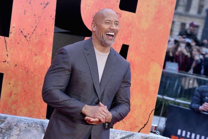 the rock ist der bestbezahlte Schauspieler, Forbes macht das jährliche Ranking, der Schauspieler mit seinem bezaubernden Lächeln in tollem Anzug