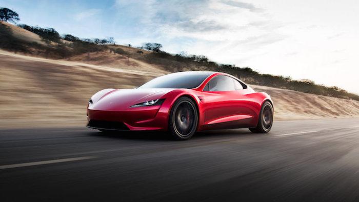 rotes auto von elon musk, def rote tesla roadster, ein weg und blauer himmel mit weißen wolken