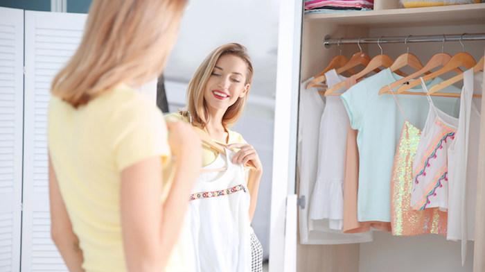 spiegel und eine frau, ein kleiderschrank mit klamotten