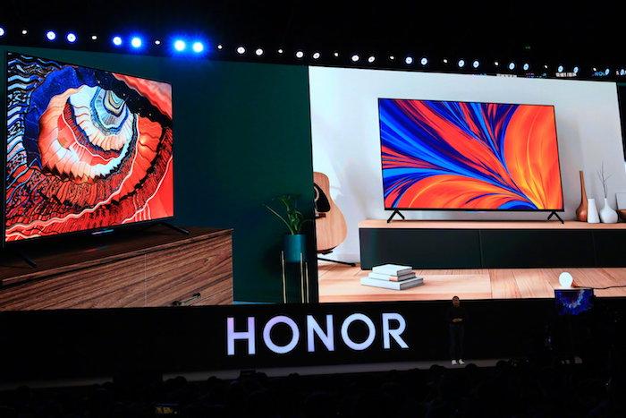 smart fernseher von huawei mit dem betriebssystem harmonyOS, der honor vision pro tv, eine kleine braune gitarre und tv mit buntem display