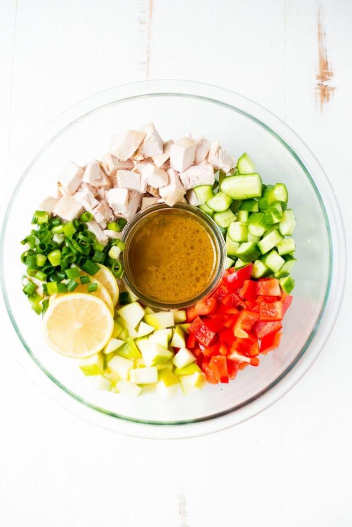 Schnelle Rezepte fürs Mittagessen, gemüse salat oder gemüsesmoothie mit zitronensoße