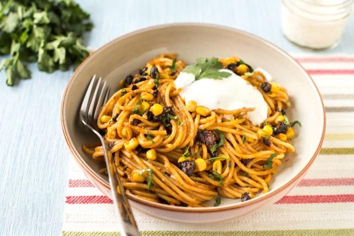 was koche ich heute, pasta, spaghetti mit mais, oliven und yoghurt creme, petersillie deko