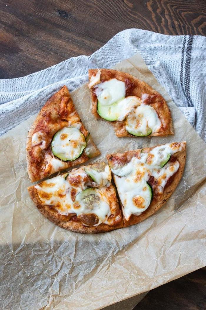 was koche ich heute, eine pizza klein, klassisches rezept oder mit blumenkohl, zucchini und käse