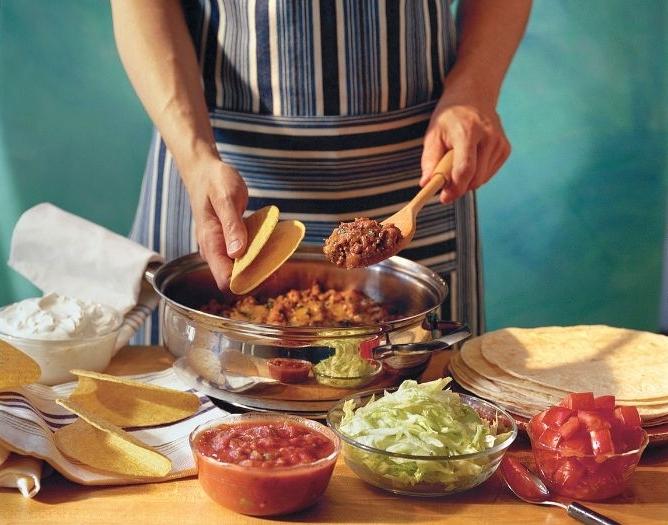 was koche ich heute, ein koch oder eine köchin macht tacos, einfach, schnell, ohne backen