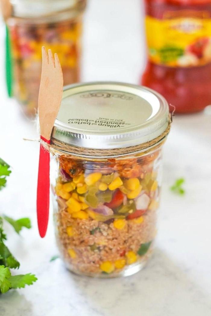 schnelle gerichte zum zubereiten, ein einmachglas mit gabel daran, mais und tunfisch, salat in glas