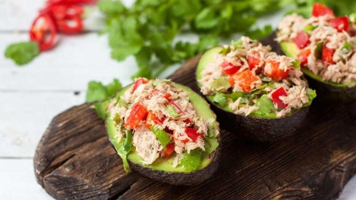 schnelle gerichte zum zubereiten, avocados voll mit tunfischsalat mit tomaten und paprika