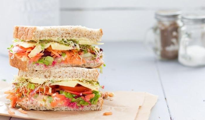 schnelle gerichte zum zubereiten, sandwich mit vollkornbrot, tomaten, lachs geräuchert, gemüse