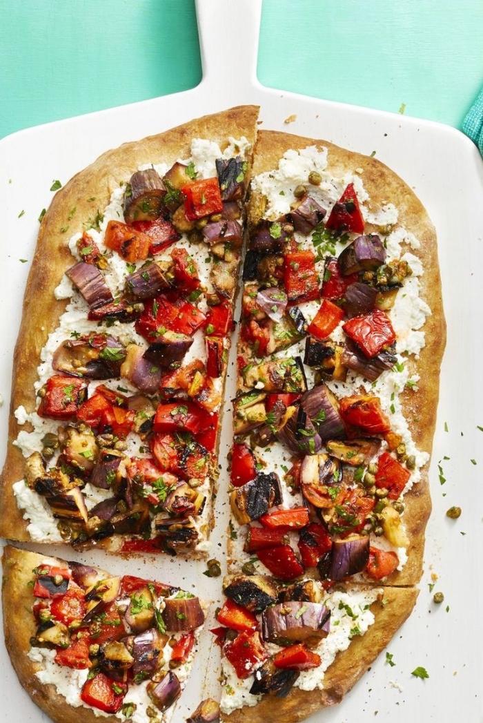 einfache vegetarische rezepte, abendessen ohne flesich, pizza mit frishckäse, rotem paprika und wziebel