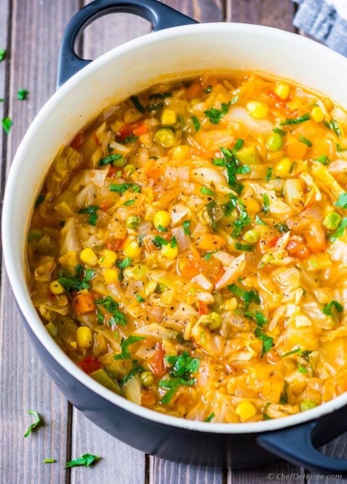 gerichte ohne fleisch, einfache vegetarische rezepte, suppe mit meis, zweibel, bohnen und kraut