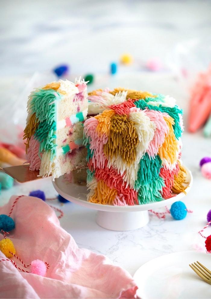 einfacher geburtstagskuchen, torte in bunten farben, kuchen dekoriert mit buttercreme, geburtstagstorte