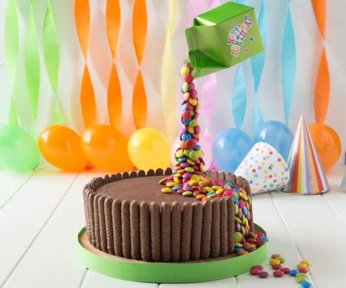 einfacher geburtstagskuchen, gravity torte mit schokolade und bonbons, süßigkeiten kuchen