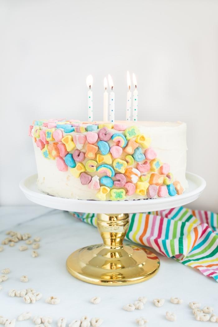 torte selber machen und dekorieren, einfacher geburtstagskuchen, bunte bonbons
