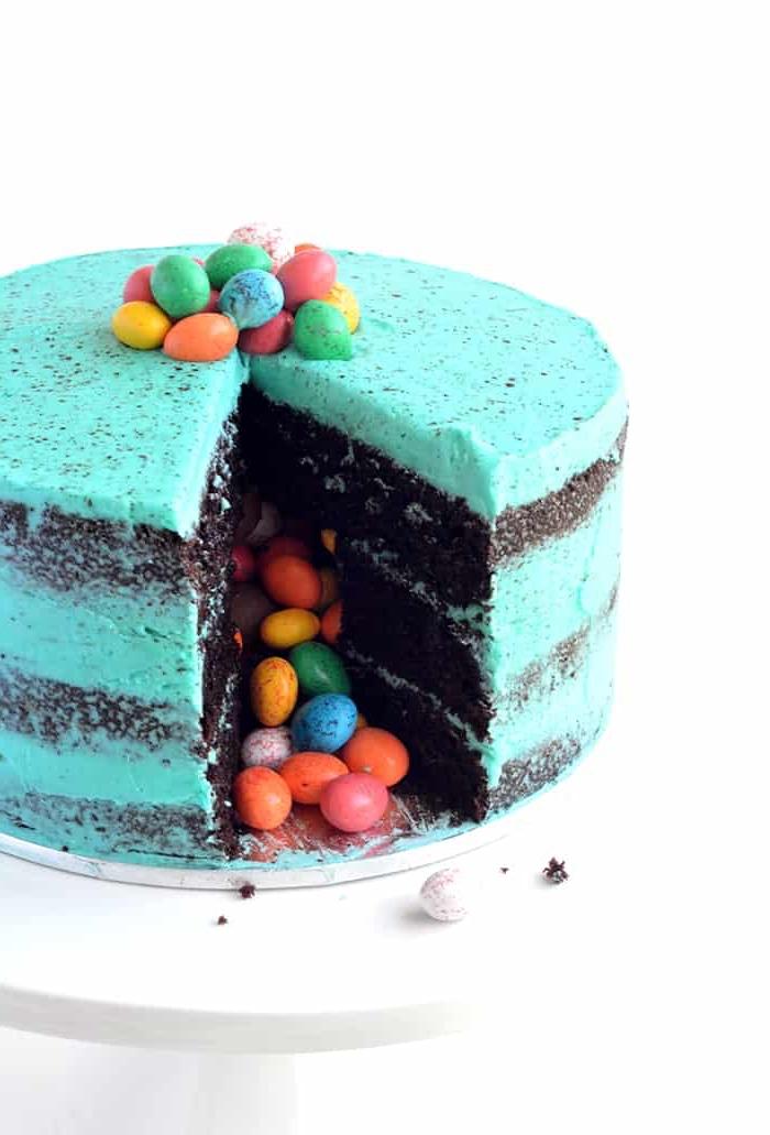 einfacher geburtstagskuchen mit schokoaldenboden dekoriert mit blauer creme, pinata torte