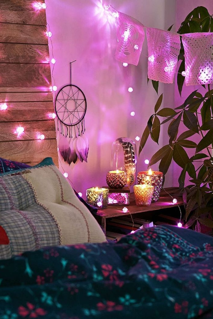 schlafzimmermöbel und dekorationen, lila und rosa ein traumfänger, großes bett mit grün und lila