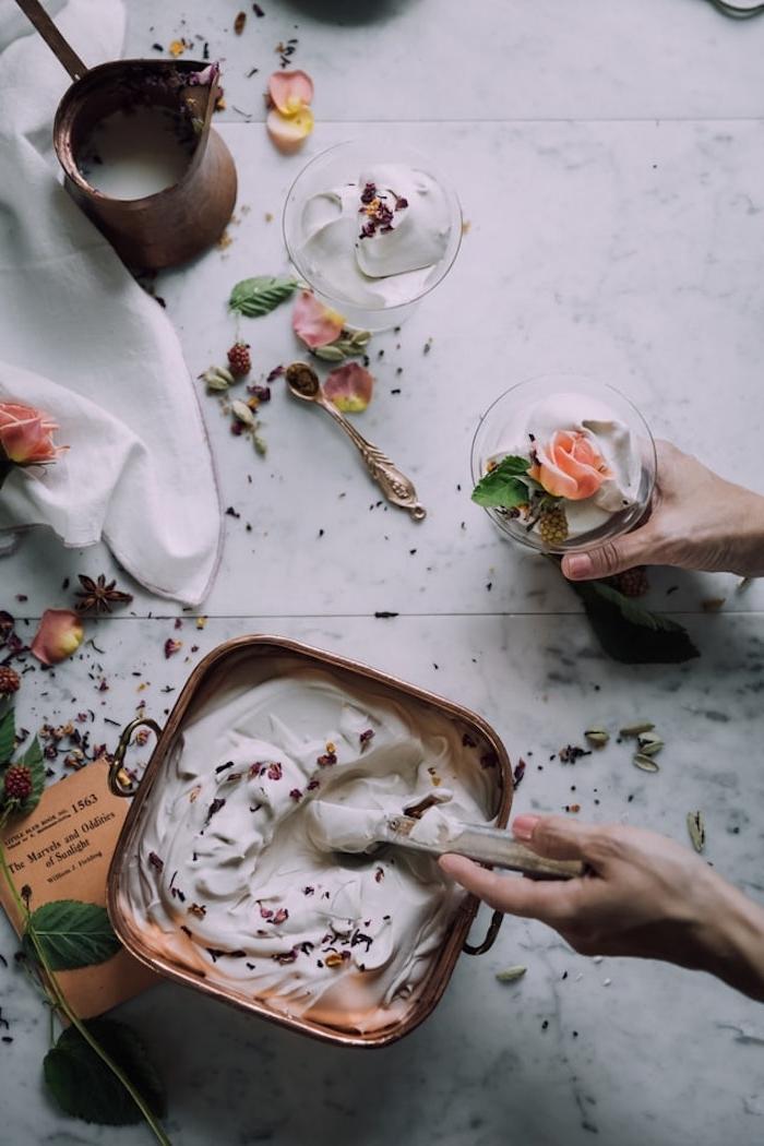 Vanilleeis mit Schokoladenstücken und Rosenblättern, Rezept für Eis mit Eismaschine