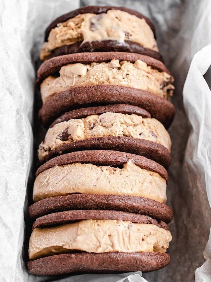 Leckere Eis Sandwiches selber machen, Eis zwischen zwei Schokoladenkeksen