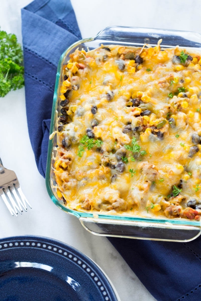 essen ohne fleisch, kasserolle mit schwarzen bohnen, mais und käse, abendessen ohne fleisch