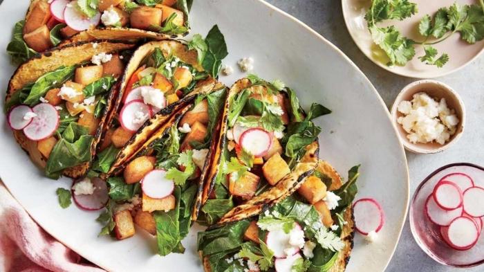 essen ogne fleisch, gesunde tacos mit radieschen und tofu, mittagessen für gäste